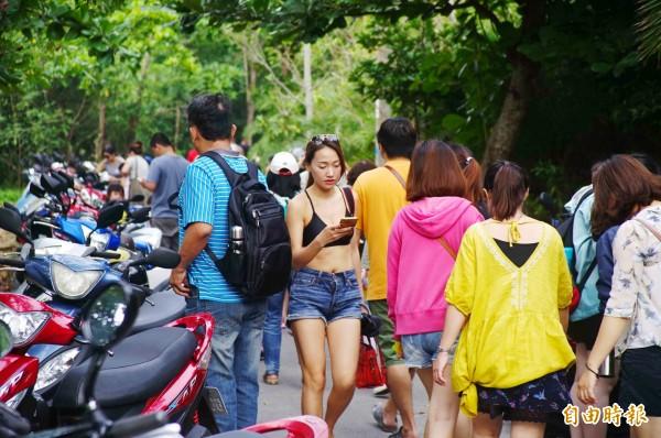 小琉球遊客大增,去年較2017年增加逾10萬人次。(記者陳彥廷攝)