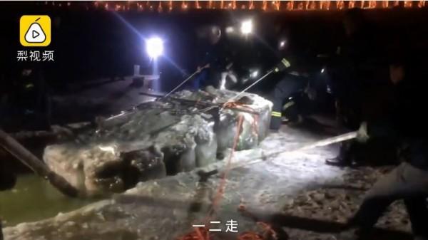 救援隊把和老人凍為一體的冰塊切割出來(圖翻攝自梨視頻)