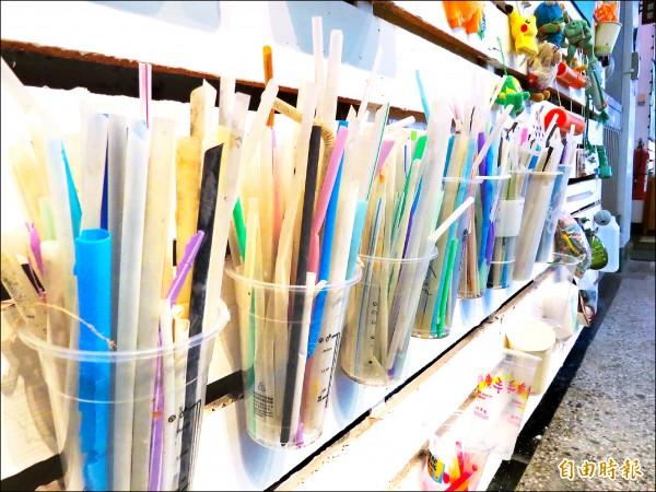 塑膠吸管體積小、重量輕,常被忽略未能回收而造成環境及海洋污染。(資料照,記者蔡文居攝)