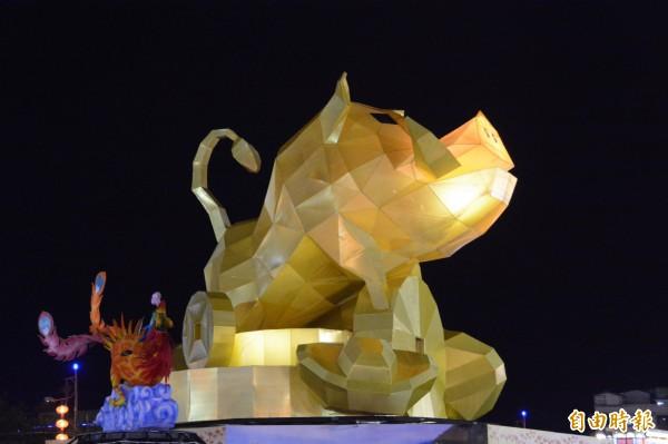 花蓮15公尺高的「山豬」造型主燈,昂首仰天、獠牙外露,外型霸氣十足,未亮燈已讓民眾「直呼驚人!」(記者王峻祺攝)