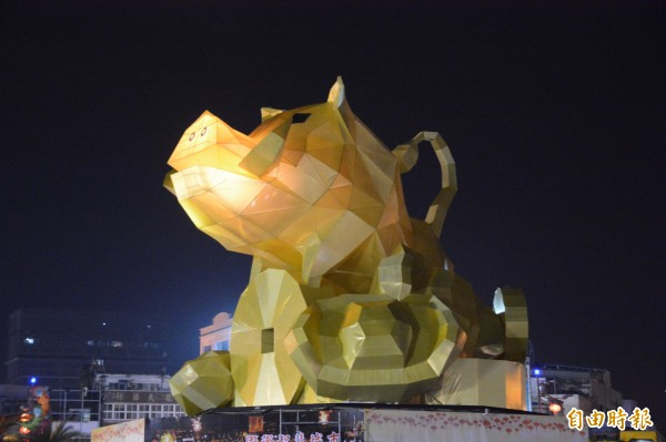 花蓮燈會六期主燈區以15公尺高的「山豬」巨型主燈為特色,搭配科技光影燈及動感音效迎賓,即日起至2月24日止、晚間6時至9時30分,每半小時將展演3分鐘。(記者王峻祺攝)
