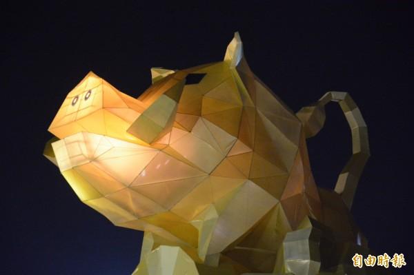 位在花蓮東大門夜市旁的六期燈區,「豬光寶氣耀洄瀾」主燈豎立,山豬造型獠牙特色清楚可見,吸引民眾目光。(記者王峻祺攝)