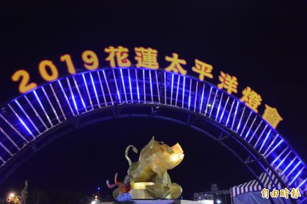 花蓮太平洋燈會連辦7年,今年配合農曆過年適逢豬年,15公尺高的「山豬」造型主燈,昂首仰天、獠牙外露,外型引起民眾熱議。(記者王峻祺攝)