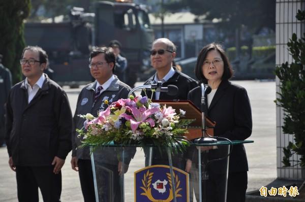 蔡英文總統(右一)慰問五三工兵群官兵辛勞,稱讚「五三工兵群是我的袍澤、我的戰友」。(記者周敏鴻攝)