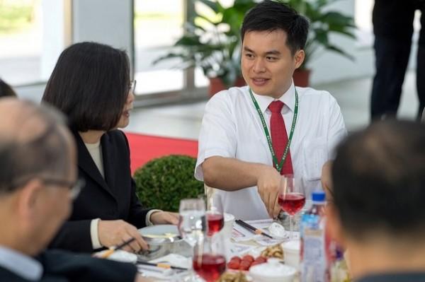 蔡總統與中科院年輕研發人員會餐。(取自總統府官網)