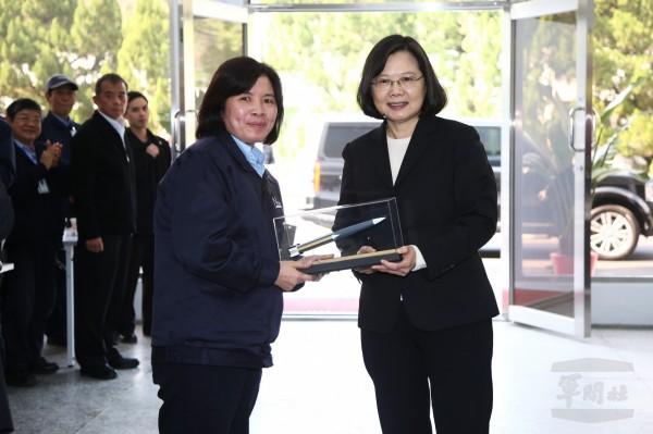 中科院人員致贈雄三飛彈模型給蔡總統。(軍聞社提供)