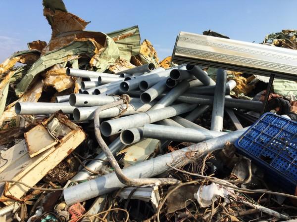 警方在廢鐵回收場搜出遭竊的鍍鋅管。(記者吳俊鋒翻攝)