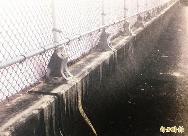 橋梁欄杆遭竊,鍍鋅管全被拔光。(記者吳俊鋒翻攝)