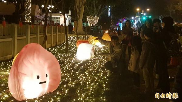 眷村燈區也吸引參觀人潮。(記者羅欣貞攝)