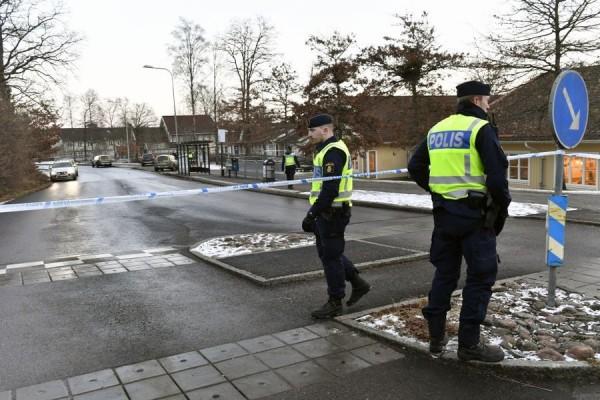瑞典一名母親日前帶著僅6月大的女嬰,前往幼兒園接另外一名孩子下課,才離開數分鐘,便發現女嬰跟嬰兒車都不見了。母親緊急報警,當地警方為尋回女嬰,出動手批警力,「癱瘓」整座城市,在2小時後逮捕嫌犯。(翻攝自AFTONBLADET)