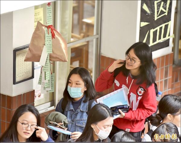 大學學測昨登場,教室外高掛金色的粽子模型,預祝考生「金榜題名」、「包中」。(記者黃耀徵攝)