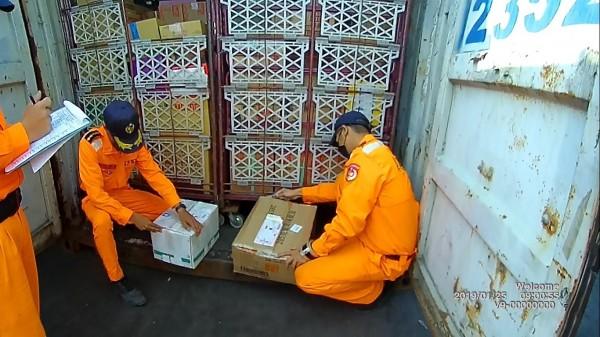 金門到高雄的貨櫃,夾藏中國北京同仁堂藥品。(記者洪定宏翻攝)