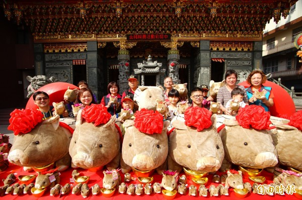 佳冬石光見信仰中心廣惠宮今年春節「擲筊大賽」,頭獎加碼到10萬元。(記者陳彥廷攝)