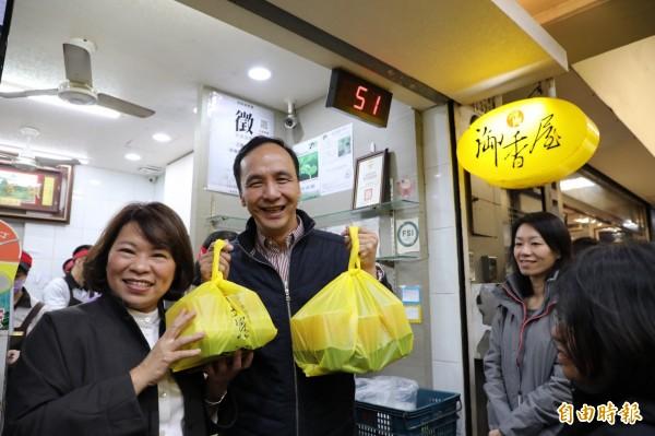 朱立倫(左二)與嘉義市長黃敏惠(左一)排隊買嘉義市知名飲料店。(記者王善嬿攝)
