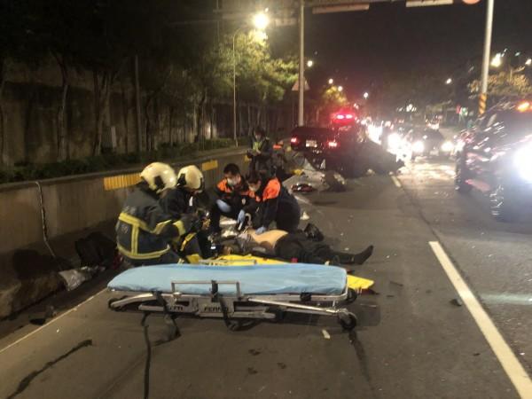 賓士轎車翻覆擦撞到重機騎士,導致重機騎士重傷送醫。(記者劉慶侯翻攝)