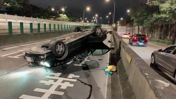 賓士車翻覆路旁。(記者劉慶侯翻攝)