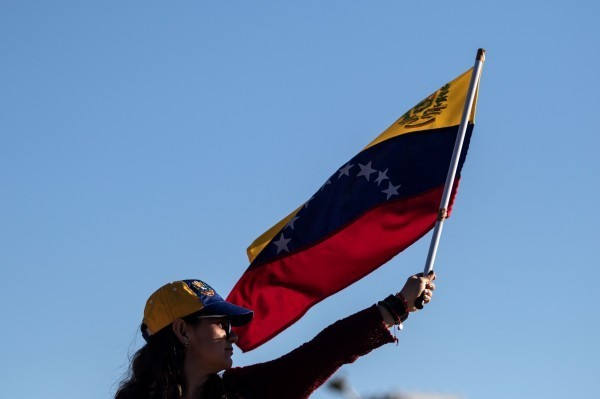 委內瑞拉發生政變,受不了馬杜羅專制政權的人民走上街頭抗議,擁戴國會議長瓜伊多,瓜伊多自行宣布擔任「代理總統」,獲得美國、歐盟、加拿大與南美洲主要國家支持。(法新社)