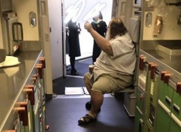 日前一名外籍乘客搭機要求長榮空服員協助脫內褲、擦屁股,如今又傳該乘客訂了長榮航空的機票來台轉機。(圖擷取自網路)