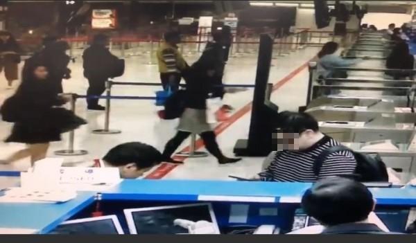 第一個被拒入境且遣返的中國旅客(右戴黑框眼鏡者)。(記者洪定宏翻攝)