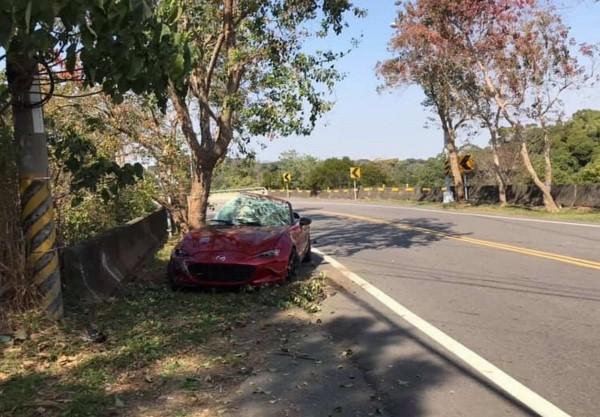 1輛火紅色敞篷跑車行經139線時突然失控衝撞路旁護欄,整輛車嚴重毀損。(記者湯世名翻攝)