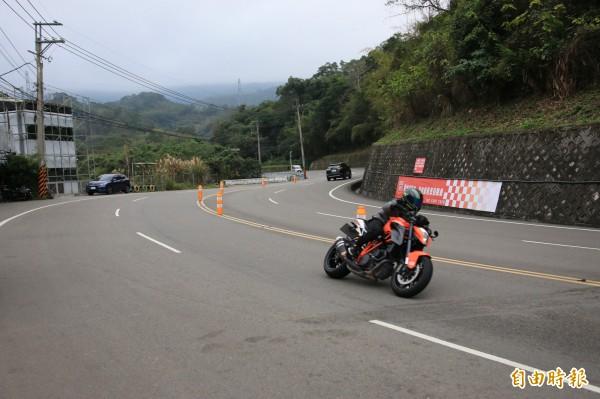 台三線103公里處為大彎道,常有重機騎士高速壓車馳騁,但卻也屢發生事故。(記者鄭名翔攝)