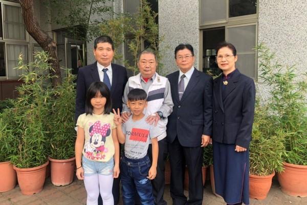 林先生(後排左2)在慈濟社區關懷據點擔任小組長,今帶著年幼子女參加鳳山聯絡處舉辦冬令發放圍爐。   (圖慈濟基金會提供)
