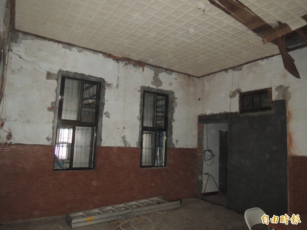 天主堂內部屋頂漏水,牆壁斑駁,安全堪慮。(記者江志雄攝)