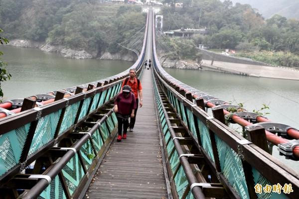 新溪口吊橋。(記者李容萍攝)