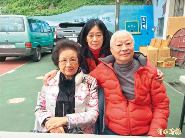 何老爹(右)與何媽媽(左)在市議員楊秀玉(中)等人的協助投入下,舉辦百叟宴。(記者吳昇儒攝)