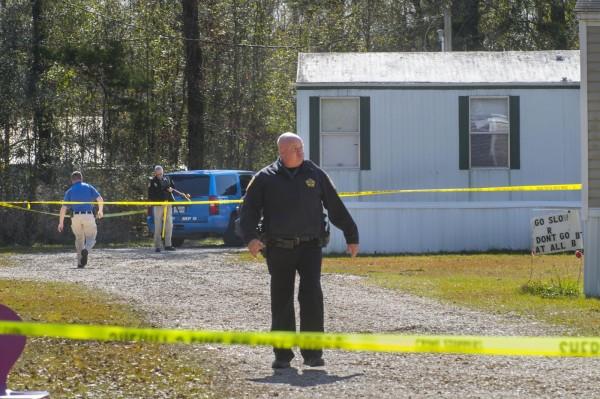 美國路易斯安那州21歲男子泰里奧(Dakota Theriot)涉嫌在家中槍殺父母,並在另一處殺害另外3人。圖為其中一處案發現場。(美聯社)