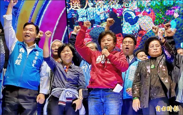 沈智慧(前排右2)當選台中市第5選區立委。(記者張菁雅攝)