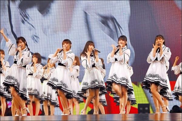 日本人氣女團乃木坂46昨晚在台北小巨蛋舉辦首場演唱會,成為第一組單獨唱進台北小巨蛋的日本偶像女團。她們以青春無敵的舞蹈和歌聲,獻唱《來吧Shampoo》、《奔馳吧!Bicycle》等金曲,並且大秀中文自我介紹、還用台語向歌迷打招呼,讓全場歌迷嗨翻天。(圖:好玩國際提供)