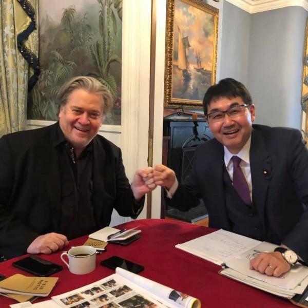 日本首相安倍晉三的外交事務特別顧問、日本眾議員河井克行(右)17日來台與蔡英文總統會晤前,曾於7日在華府和已無美國官方職務的班農(左)長談。(圖擷自河井克行官方臉書)