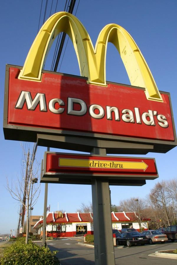 美國喬治亞州一對夫婦到麥當勞點了貝果卻沒有醬,向店員理論時卻引發其他顧客的不滿,還開槍恐嚇夫婦倆。圖為美國麥當勞招牌。(法新社)
