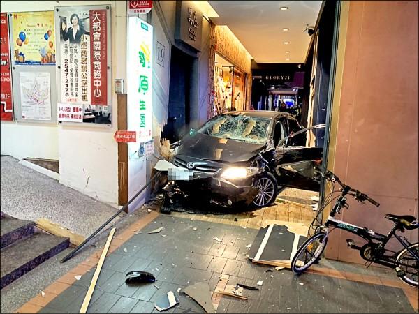 飆車男謝亞軒去年駕車失控釀成3死,學者認為類似這種危險駕駛,應修法列為公共危險罪。(資料照,記者鄭景議翻攝)