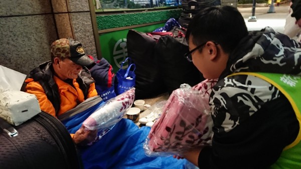 新北市少年培力園帶著少年到台北車站送毛毯給街友。(更生少年關懷協會提供)