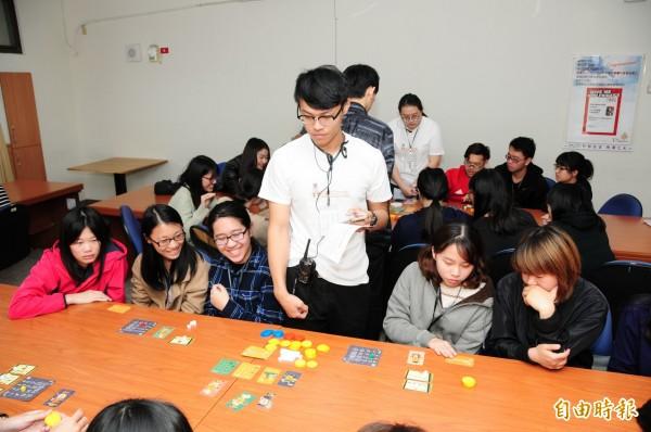 靜宜學觀光系研發「布蘭琪小館」桌遊,讓學生在遊戲中學習餐飲經營的知識。(記者歐素美攝)