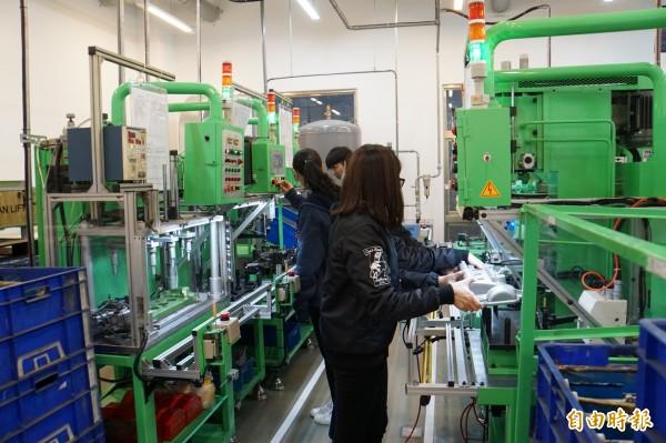 類生產線能讓學生提早接觸工廠真正的生產狀況。(記者詹士弘攝)