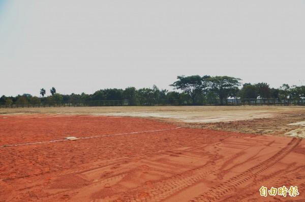 高鐵壘球場揭牌、啟用,但外野沒有草皮,一片黃土。(記者吳俊鋒攝)