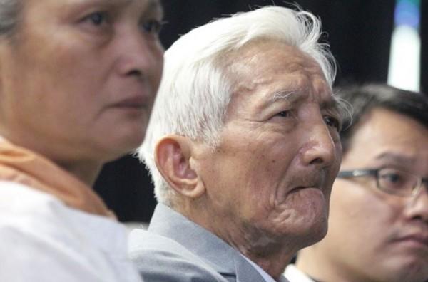 原住民政治受難者林昭明(Watan Tanga)1月23日逝世,享年89歲,殯葬彌撒今天在桃園市復興區三民天主教堂舉行。圖為林昭明(中)生前出席國家人權館所舉辦《鏡頭下的白色人生》紀錄片發表會。(促轉會提供)