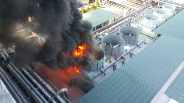 新竹縣遠化總廠下午疑因施工不當引發大火,所幸無人受到傷害,目前殘火處理中。(讀者提供)