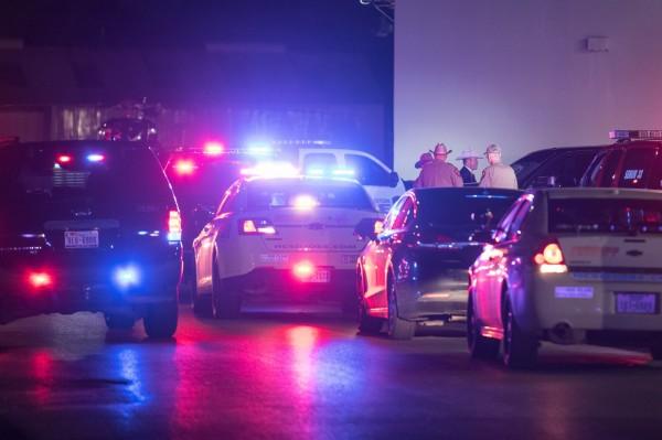美國休士頓5名警察在向通緝犯出示逮捕令時遭到槍擊,紛紛中彈倒地。(法新社)
