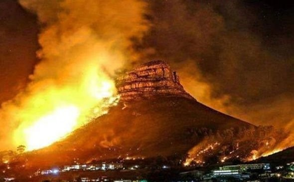 著名的桌山國家公園鄰近地區也陷入火海。(擷取自IG)
