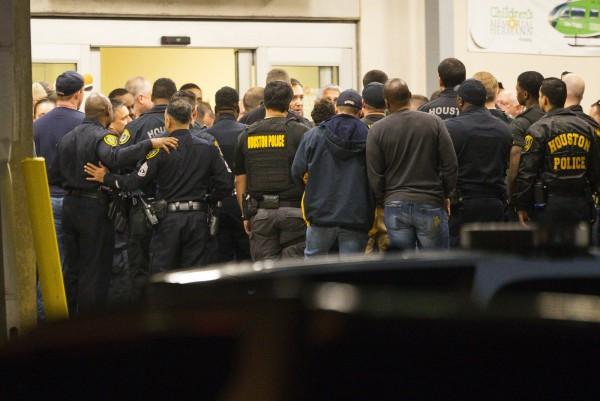 休士頓在昨日的緝毒行動中發生警匪駁火,造成5名員警中槍受傷,其中2人受重傷,緊急送醫動手術搶救;大批警察聚集在醫院,為2名重傷同僚集氣加油。(美聯社)