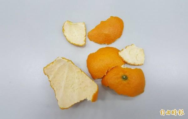 廚房油污令人困擾問題,環保署今邀請家事達人楊賢英現身說法,只要準備橘子皮,透過微波,或者加熱水以果汁機攪碎,簡單動作化身成天然清潔劑,輕鬆就能去污。(記者楊綿傑攝)
