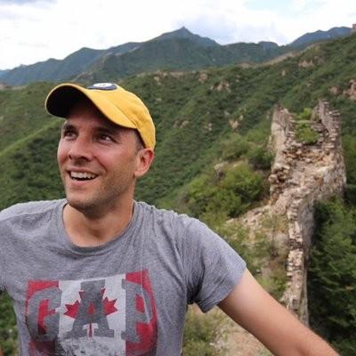 加拿大環球郵報的駐中國記者范德克里培在報告中指出:「我曾遭到至少9輛車和20人跟隨和追蹤,距離將近1600公里。」還曾多次在新疆遭到拘留。(圖擷自推特)