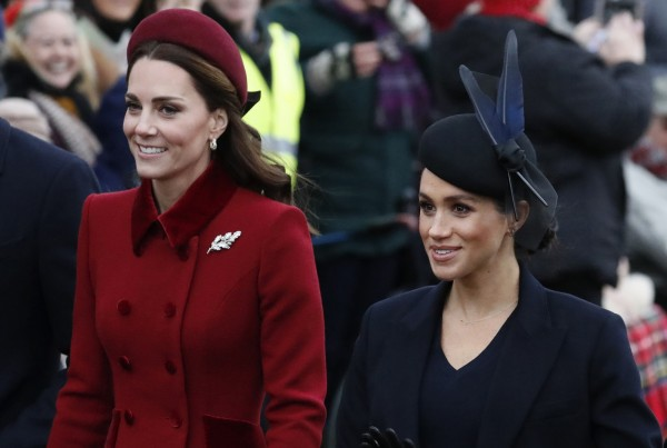 英國王室成員劍橋公爵夫人凱特與薩塞克斯公爵夫人梅根,最近幾個月被英國八卦媒體報導稱不合,引發雙方粉絲在王室官方社群媒體帳號互相攻擊。(美聯社)