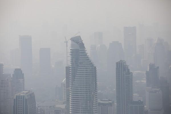 不僅台灣有霧霾,連東南亞也深受其害。泰國為了改善空氣品質,28日在市中心道路噴灑糖水,令網友困惑問:這哪招?圖為曼谷霾害。(彭博)