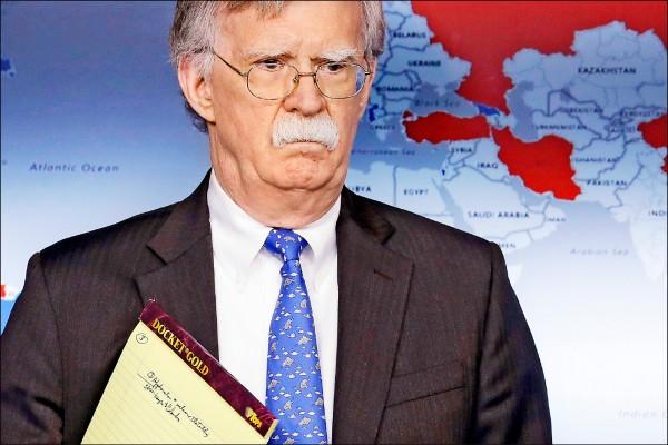 美國國家安全顧問波頓廿八日出席財政部在白宮舉行的記者會,宣布對委內瑞拉國營「委內瑞拉石油公司」(PDVSA)實施制裁。(美聯社)