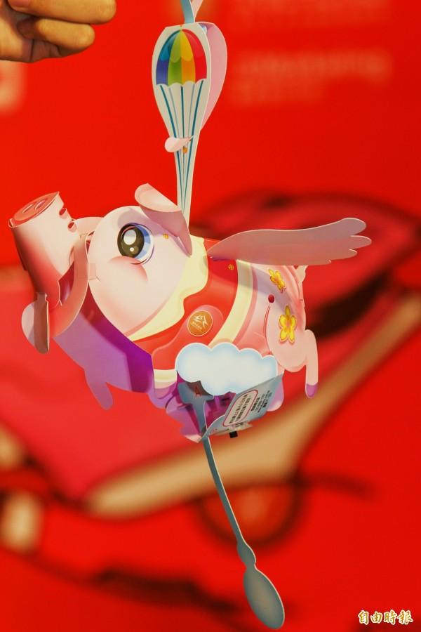 中台灣元宵燈會「飛天豬」小提燈有機關,拉動下方拉桿,飛天豬的嘴巴與翅膀就會擺動。(記者張菁雅攝)